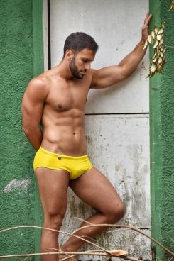 Bruno veste sunga EXODIA CLASSIC amarela (R$109)