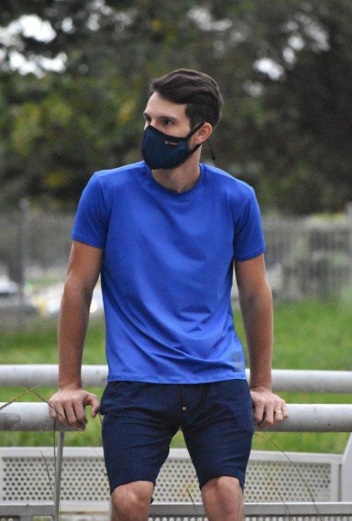 Camisa UV block azul royal e bermuda moletinho azul marinho