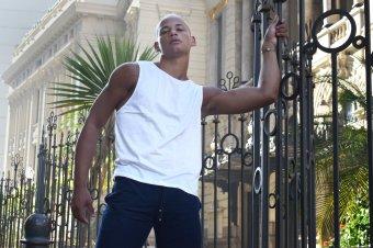 Camisa sem manga branga encerada e bermuda em moletinho azul marinho e camisa encerada branca