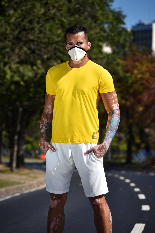 Camisa UV block amarela e bermuda branca em crepe e elastano